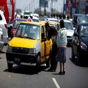 LIMA, 21 DE MARZO DEL 2012  FOTOS DE TAXIS EN LIMA, NO RESPETAN A NADIE A LA HORA DE ESTACIONARSE PARA BUSCAR PASAJEROS, QUIENES SON TAMBIEN COMPLICES DE LA IRRESPONSABILIDAD. JOCKEY (SURCO) PLAZA SAN MIGUEL (SAN MIGUEL) CLINICA SAN GABRIEL (SAN MIGUEL) AZANGARO CON CUZCO (CERCADO)  FOTO: CHRISTIAN UGARTE EL COMERCIO